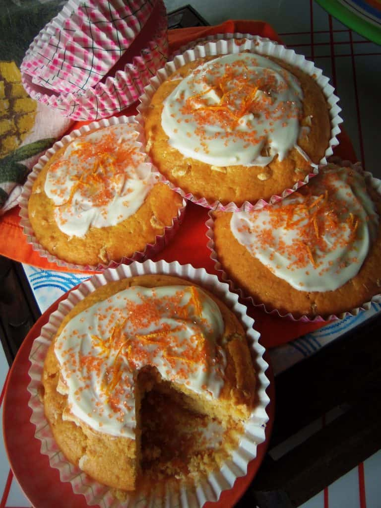 Mantecadas de Naranja~Orange Cupcakes with White Chocolate
