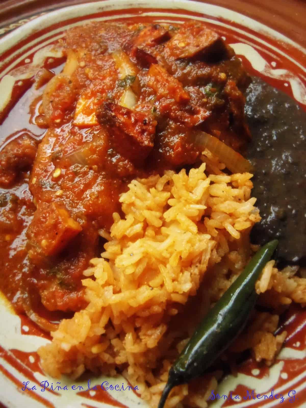 Chuletas De Puerco En Salsa, Arroz Y Frijol Negro (pork Chops Braised In A