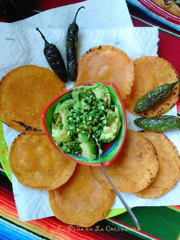 Chalupas de Pollo-Tostadas con Guacamole