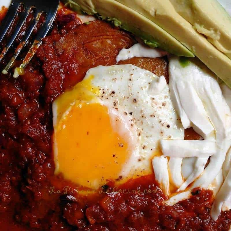 Huevos Rancheros con Salsa de Chile Morita y Piquin