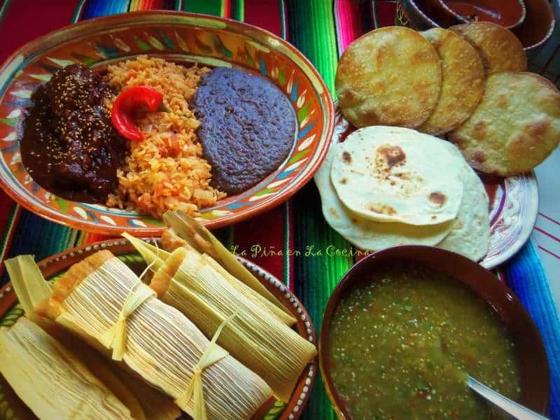 Mole de Pollo, Arroz, Frijoles Negros, Tamales de Puerco, Salsa verde, Tostadas y Tortillas de Harina......#mexicanfood