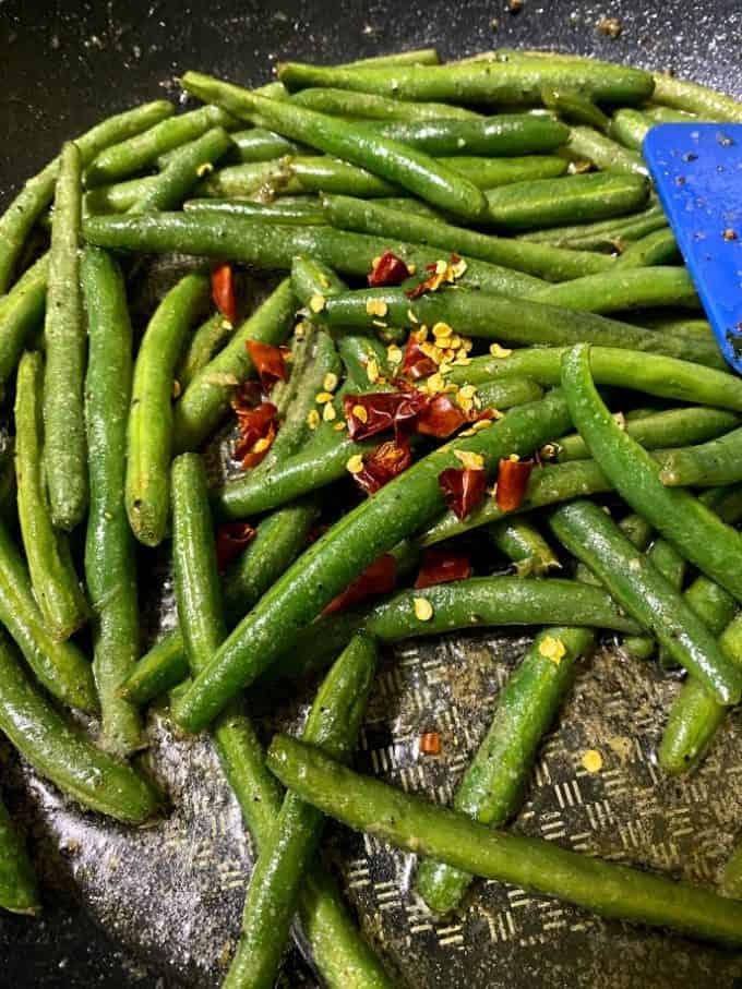 Lime/chile de arbol green beans in the skillet